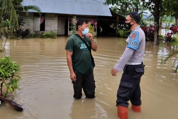 Polsek Dumoga Timur Lakukan Penanganan Banjir di Mogoyunggung Satu dan Imandi